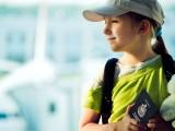 enfant-voyageant-seule-aeroport