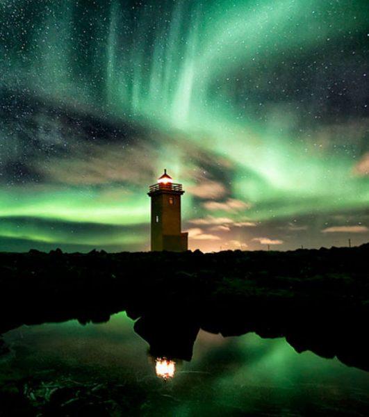phares-majestueux-une-aurore-boreale-autour-d-un-phare-en-islande_149423_w620