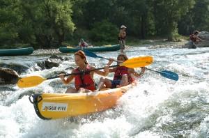 Faire du canoë dans la rivière de l'Ardèche