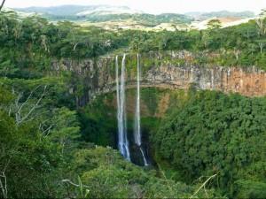 Vue de la plaine de Chamarel et de la cascade